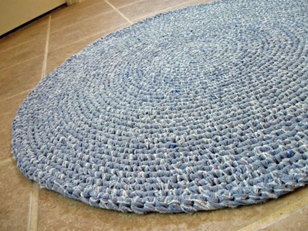 Фото связанного из пряжи коврика для ванной комнаты