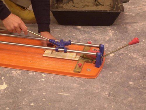Как отрезать кафельную плитку механическим плиткорезом