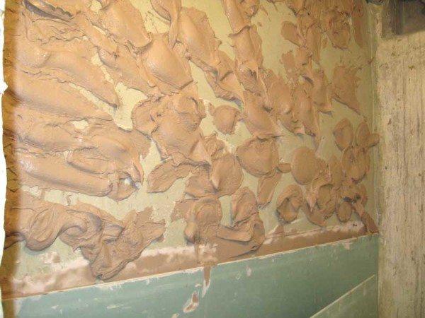 Клей удобнее наносить на стену.