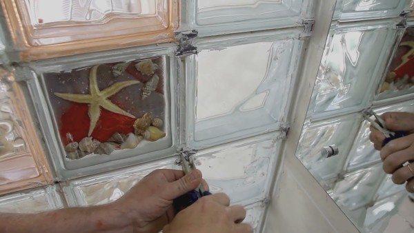 Края крестовины просто выломать узкими плоскогубцами