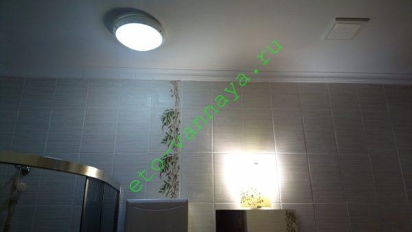 На фото — санузел первого этажа в моем доме. Кроме потолочного освещения, над умывальником и зеркалом установлен настенный светильник.