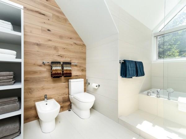 Несмотря на то, что в скандинавской ванне максимум места должно оставаться свободным, полотенца, коврики и текстиль теплых сочных оттенков здесь используются очень часто