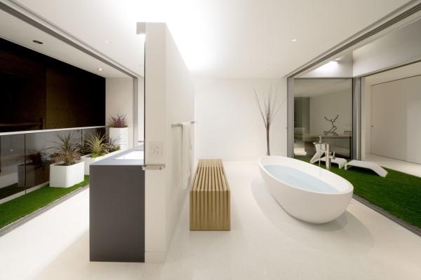 Очень частый атрибут современной экологичной ванны – живые клумбы или ковры с имитацией травы