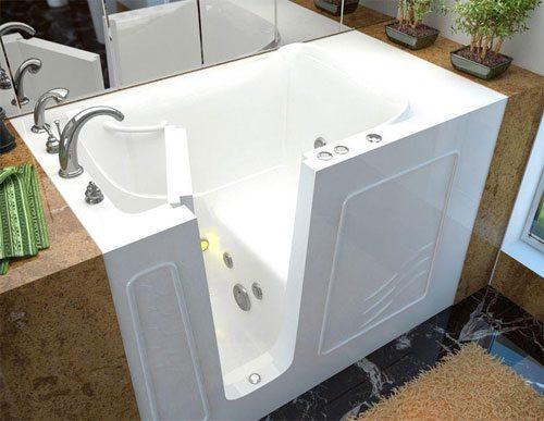 Оригинальная сидячая ванна с дверцей.