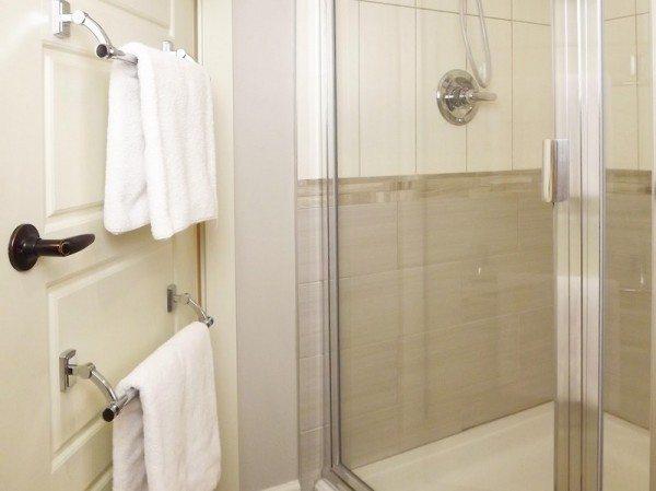 Особенно удобным это решение станет для компактной ванны, в которой дверь находится возле купели или душевой кабинки.