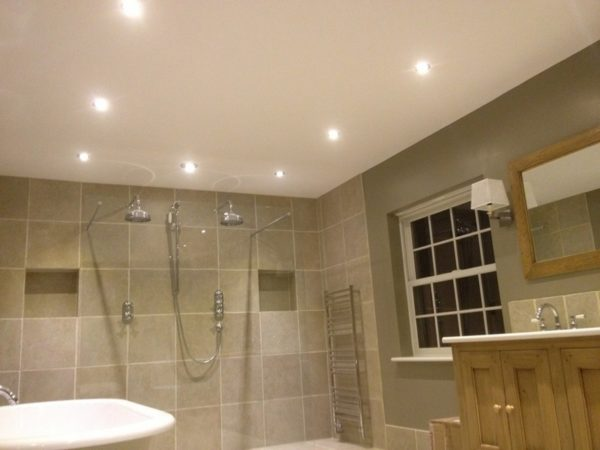 Освещение совмещенного санузла: точечные светильники встроены в натяжной потолок.