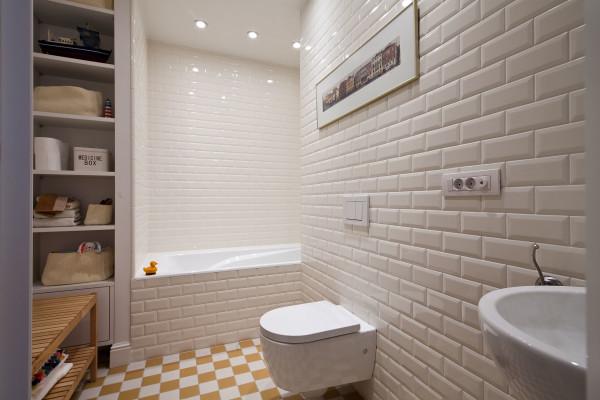 Популярный ход – цветные акценты на стенах или на полу. С этим поможет, например, яркая современная плитка для ванной комнат