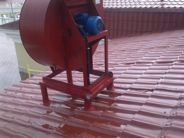Пример установки радиального вентилятора на крыше дома
