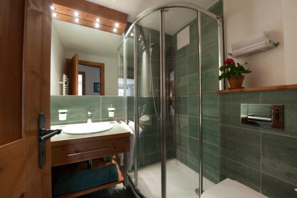 Размеры душевой кабины должны перекликаться с габаритами ванной комнаты
