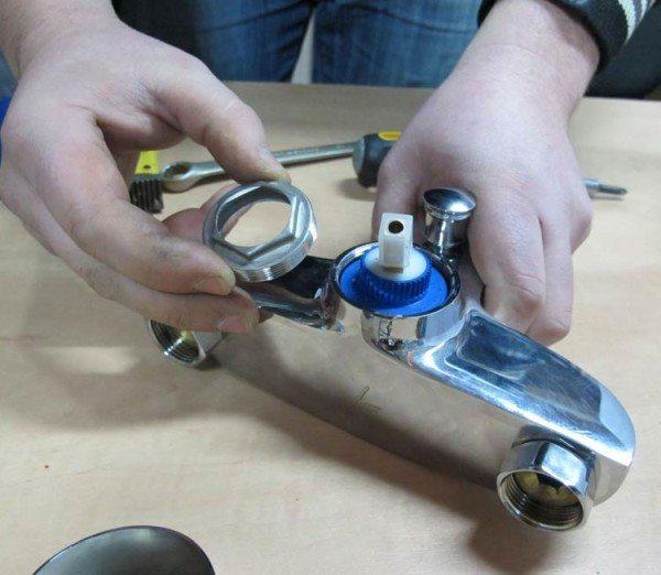 Ремонт однорычажного смесителя: картридж доступен для замены.