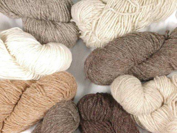 Шерстяную пряжу лучше оставьте для вязания ковриков в гостиную или спальню