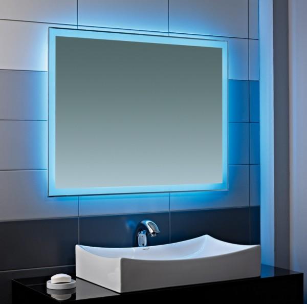 Современные ванные комнаты часто украшают цветным освещением