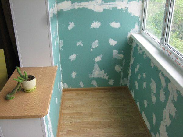 Стены лоджии полностью готовы к покраске.