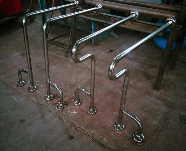 Столь массивные конструкции с тремя точками опоры подходят для больших помещений.