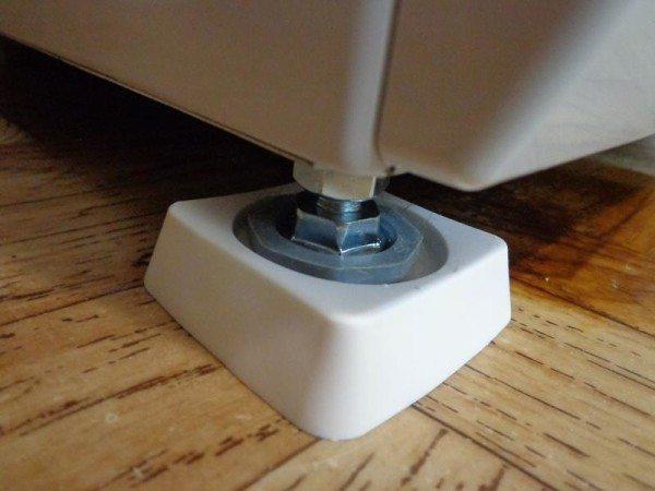 Такая проставка позволит улучшить устойчивость машинки на мягком покрытии пола.