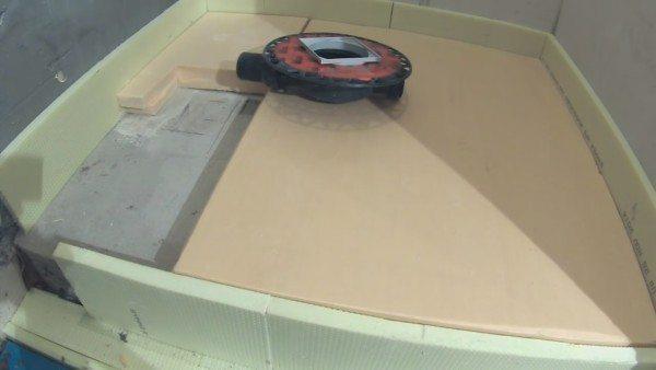 Технологический вырез в теплоизоляции для укладки трапа и сливной трубы