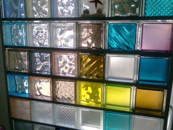Цветовые и фактурные исполнения современных стеклоблоков