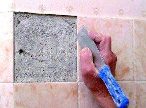 Удаление старой легко отслаивающейся плитки.