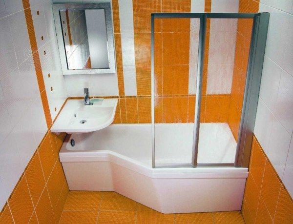 В маленьких комнатах также популярно сочетание купели и кабинки с душем в одном изделии
