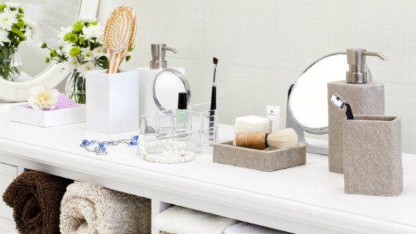 Ванная комната – не кладовка, храните в ней только самое необходимое. Для фена и плойки можно найти место в шкафчике