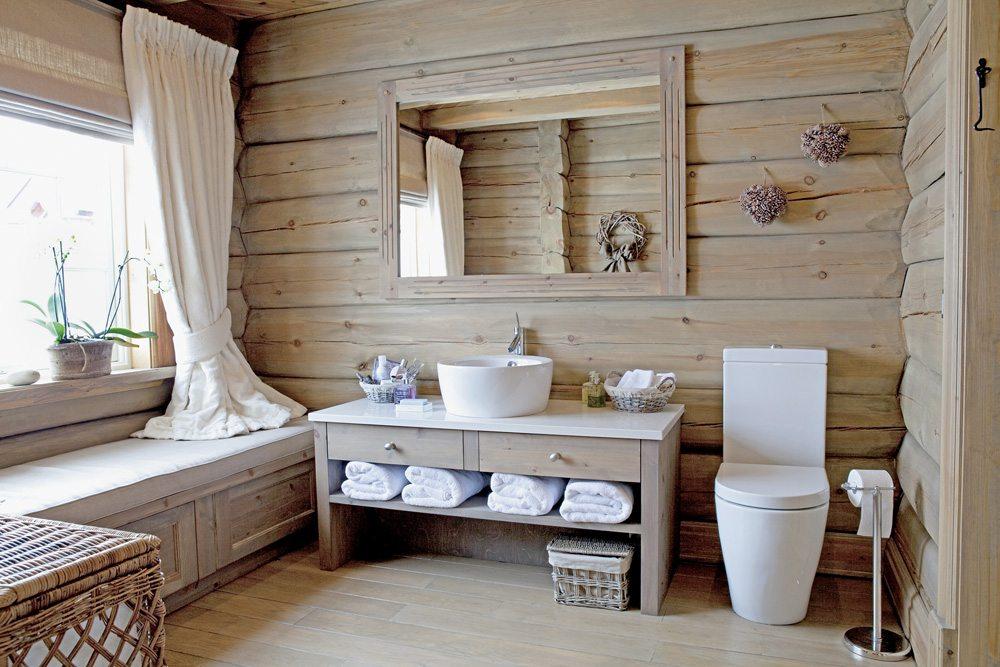 деревянном фото доме в ванной