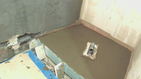 Выровненная поверхность бетонной стяжки
