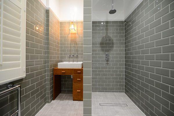 Зону с душем не обязательно выделять, она может гармонировать со всем интерьером